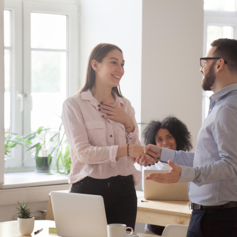 仕事を褒める男性心理とは?職場で褒められたときの上手な返し方